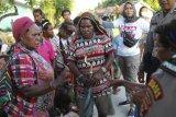 Sejumlah warga sipil mendapat arahan dari polisi saat evakuasi di perkampungan Distrik Tembagapura, Kabupaten Mimika, Papua, Jumat (6/3/2020). Ratusan warga dievakuasi ke wilayah perkotaan Timika karena akses logistik ke wilayah perkampungan terputus akibat baku tembak antara TNI/Polri dengan Kelompok Kriminal Separatis Bersenjata (KKSB) beberapa hari terakhir. ANTARA FOTO/Sevianto Pakiding/nym.