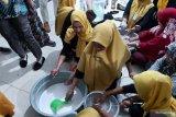 Ibu rumah tangga di Buton pelatihan pengolahan produk kelapa