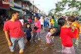 Banjir di Muara Teweh jadi tempat bermain