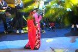 Model mengenakan busana rancangan empat desainer Kalsel saat peragaan busana sasirangan pada Fashion Show Banjarmasin Sasirangan Festival 2020 di kawasan Siring Menara Pandang Banjarmasin, Kalimantan Selatan, Sabtu (7/3/2020) malam. Pemerintah Kota Banjarmasin berupaya menjaga kain khas budaya Banjar dengan mengadakan Fashion show yang menampilkan busana sasirangan karya desainer Nasional Kursien Kazai dan empat desainer asal Kalsel pada Puncak acara Banjarmasin Sasirangan Festival 2020. Foto Antaranews Kalsel/Bayu Pratama S.