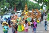 Peserta mengikuti karnaval dan parade massal basasirangan pada acara Banjarmasin Sasirangan Festival 2020 di jalan Ahmad Yani Banjarmasin, Kalimantan Selatan, Minggu (8/3/2020). Karnaval yang menampilkan busana sasirangan kreasi dan parade massal basasirangan tersebut merupakan rangkaian kegiatan Banjarmasin Sasirangan Festival 2020 yang bertujuan untuk memperkenalkan kain sasirangan di tingkat Nasional hingga Internasional. Foto Antaranews Kalsel/Bayu Pratama S.