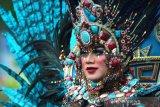 Peserta dari Jember Fashion Carnaval mengikuti karnaval dan parade massal basasirangan pada acara Banjarmasin Sasirangan Festival 2020 di jalan Ahmad Yani Banjarmasin, Kalimantan Selatan, Minggu (8/3/2020). Karnaval yang menampilkan busana sasirangan kreasi dan parade massal basasirangan tersebut merupakan rangkaian kegiatan Banjarmasin Sasirangan Festival 2020 yang bertujuan untuk memperkenalkan kain sasirangan di tingkat Nasional hingga Internasional. Foto Antaranews Kalsel/Bayu Pratama S.