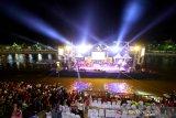 Grub band Kotak feat Melly Mono tampil menghibur pengunjung pada acara puncak Banjarmasin Sasirangan Festival 2020 di panggung tongkang Siring Menara Pandang Banjarmasin, Kalimantan Selatan, Sabtu (7/3/2020) malam. Dalam penampilannya tersebut band Kotak feat Melly Mono membawakan lagu hitsnya seperti Beraksi, Tendangan Dari Langit, Masih Cinta dan lainnya untuk menghibur masyarakat pada acara puncak Banjarmasin Sasirangan Festival 2020. Foto Antaranews Kalsel/Bayu Pratama S.