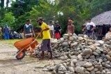 Warga perbatasan Papua sumbang batu dan pasir sukseskan TMMD
