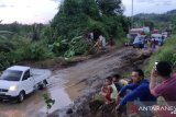 Jalan amblas di Gorontalo Utara, kendaraan antre panjang
