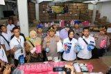 Polresta Sidoarjo bongkar industri pengemasan ulang masker ilegal