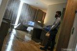 Managemen hotel di Palembang semprotkan cairan disinfektan