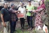 Nazaruddin mendapat bantuan Program PWI Agam Peduli