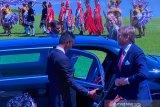 Raja-Ratu Belanda disambut dengan pasukan berbaju adat nusantara