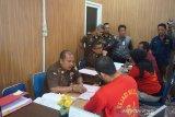 Tersangka pembunuh hakim Pengadilan Negeri Jamaluddin menangis