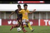 Pesepak bola PSM Makassar Yakob Sayuri (kiri) berebut bola dengan pesepak bola Kaya FC-Iloilo, Daizo Horikoshi pada laga penyisihan Grup H Piala AFC 2020 di Stadion Madya, Senayan, Jakarta, Selasa (10/3/2020). PSM Makassar bermain imbang dengan klub asal Filipina tersebut dengan skor 1-1. ANTARA FOTO/Wahyu Putro A/nym.