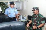 Panglima TNI Hadi Tjahjanto tinjau kontainer isolasi  medik udara TNI AU