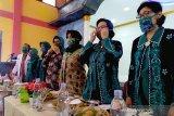 Antisipasi COVID-19, IDI dan PKK Banyumas bagikan masker bermotif batik