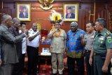 Bupati Manokwari Selatan hibahkan tanah 542 hektare untuk TNI dan Polri