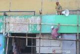 Pekerja mecat dinding pasar Sudimampir Baru di Banjarmasin, Kalimantan Selatan, Kamis (12/3/2020). Pemerintah Kota Banjarmasin akan melanjutkan rencana revitalisasi (menghidupkan kembali) pasar Sudimampir Baru hingga pasar Ujung Murung pada tahun ini. Foto Antaranews Kalsel/Bayu Pratama S.