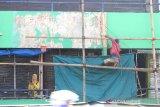 Pekerja sedang mencat dinding pasar Sudimampir Baru, Banjarmasin, Kalimantan Selatan, Kamis (12/3/2020). Pemerintah Kota Banjarmasin akan melanjutkan rencana revitalisasi (menghidupkan kembali) pasar Sudimampir Baru hingga pasar Ujung Murung pada tahun ini. Foto Antaranews Kalsel/Bayu Pratama S.