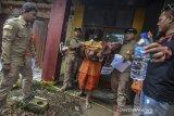 Tersangka Budi Rahmat memperagakan reka ulang pembunuhan kepada anaknya sendiri saat rekonstruksi di Cilembang, Kota Tasikmalaya, Jawa Barat, Kamis (12/3/2020). Rekonstruksi kasus pembunuhan siswi SMP Negeri 6 Kota Tasikmalaya Delis Sulistina yang tewas di gorong-gorong depan sekolahnya pada Kamis (27/1/2020) lalu, memperagakan 36 adegan di dua lokasi yang berbeda dan Satreskrim Polres Tasikmalaya Kota menemukan fakta baru bahwa tersangka melakukan pembunuhan tersebut secara berencana. ANTARA JABAR/Adeng Bustomi/agr