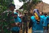 TNI bersama DPRD Kudus bergotong-royong  bedah rumah tak layak huni