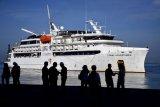 Kapal pesiar MS Coral Adventure asal Australia berlabuh di Pelabuhan Sukarno Hatta, Makassar, Sulawesi Selatan, Kamis (12/3/2020). Kapal pesiar yang membawa 78 penumpang dan kru warga negara asing (WNA) yang sebelumnya ditolak kedatangannya di kota Palopo dan Kabupaten Bulukumba tersebut kini bersandar di Pelabuhan Sukarno Hatta setelah dilakukan pemeriksaan kesehatan sebagai langkah antisipasi penyebaran COVID-19. ANTARA FOTO/Abriawan Abhe/nym.