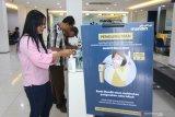 Nasabah menggunakan hand sanitizer di Bank Mandiri Banyuwangi, Jawa Timur, Jumat (13/3/2020). Untuk mengantisipasi dan mencegah penyebaran COVID-19, Manajemen Bank Mandiri di Banyuwangi melakukan pemeriksaan suhu tubuh dan menyediakan cairan 'hand sanitizer' bagi nasabahnya. Antara Jatim/Budi Candra Setya/zk