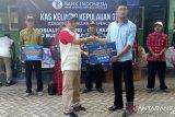 Bank Indonesia menyerahkan bantuan di Pulau Moyo Sumbawa