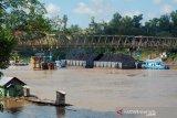 Debit Sungai Barito turun, tongkang bisa lintasi bawah jembatan