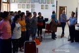 Petugas Imigrasi Cilacap memotivasi calon pekerja migran di Kebumen