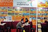 Seorang pengunjung mendapat penjelasan dari salah seorang petugas pada Malaysia Travel Fair 2020 di Putra World Trade Center Kuala Lumpur (PWTC), Jumat (13/3/2020). Sejumlah destinasi wisata ke Indonesia ikut ditawarkan pada kegiatan yang dibuka Menteri Pariwisata Seni dan Budaya Malaysia Dato' Sri Hajah Nancy Bt Shukri tersebut. Foto ANTARA/Agus Setiawan/nym.