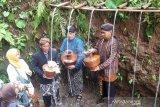 Pengambilan air jamasan awali Festival Durian Ngropoh