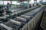 Penyemprotan disinfektan di area Bandara