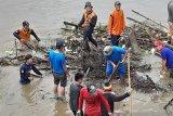 BPBD OKU bersihkan  sampah di sungai antisipasi banjir