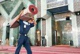 Pengurus Masjid Al Markaz Makassar bersihkan karpet antisipasi penularan Corona