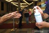 Petugas memberikan cairan antiseptik kepada pengunjung saat Pekan QRIS Nasional 2020 di Duta Mall Banjarmasin, Kalimantan Selatan, Sabtu (14/3/2020). Kantor perwakilan Bank Indonesia Povinsi Kalimantan Selatan berkerjasama dengan pihak Duta Mall Banjarmasin melakukan pengukuran suhu tubuh dan memberikan cuci tangan dengan cairan antiseptik kepada pengunjung untuk antisipasi penyebaran virus corona (COVID-19). Foto Antaranews Kalsel/Bayu Pratama S.