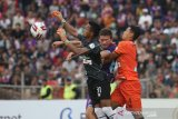 Kiper Persiraja Banda Aceh Fakrurrazi (kiri) mencoba menangkap bola dibayang-bayangi pesepak bola Persik Kediri Nikola Asceric (tengah) saat pertandingan Liga 1 2020 di stadion Brawijaya, Kota Kediri, Jawa Timur, Sabtu (14/3/2020). ANTARA FOTO/Prasetia Fauzani/foc.