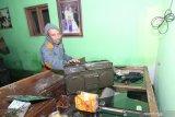 BANJIR BANDANG BONDOWOSO. Warga berusaha menyelamatkan barang-barang nya yang terdampak banjir bandang di Sempol, Ijen, Bondowoso, Jawa Timur, Sabtu (14/3/2020). Menurut warga, banjir bandang yang membawa material pasir dan kayu itu dampak dari Gunung Suket yang gundul, hingga menyebabkan ratusan rumah warga tertimbun. Antara Jatim/Budi Candra Setya/zk.