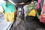 Warga memilah barang-barangnya yang masih bisa diselamatkan dari dampak banjir bandang di Kalisat, Ijen, Bondowoso, Jawa Timur, Minggu (15/3/2020). Banjir bandang yang terjadi pada sabtu (14/3) itu, mengakibatkan sebanyak 316 rumah warga di desa Kalisat dan desa Sempol tertimbun material pasir dan kayu. Antara Jatim/Budi Candra Setya/zk
