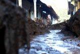 Warga membersihkan tumpukan pasir dampak banjir bandang di Kalisat, Ijen, Bondowoso, Jawa Timur, Minggu (15/3/2020). Banjir bandang yang terjadi pada sabtu (14/3) itu, mengakibatkan sebanyak 316 rumah warga di desa Kalisat dan desa Sempol tertimbun material pasir dan kayu. Antara Jatim/Budi Candra Setya/zk