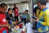 Kepala Kantor PerwakilanKepala Kantor Perwakilan Bank Indonesia Sumut Wiwiek Siswo Hidayat (kanan) membeli minuman kopi dengan menggunakan pembayaran non tunai Quick Response Indonesia Standard (QRIS) pada Pekan QRIS Nasional 2020 di Medan, Sumatera Utara, Minggu (15/3/2020). Bank Indonesia memperkenalkan penggunaan transaksi pembayaran digital QRIS untuk mendorong efisiensi transaksi, mempercepat inklusi keuangan, dan mendorong pertumbuhan ekonomi untuk mewujudkan Indonesia Maju. Bank Indonesia Sumut Wiwiek Siswo Hidayat (kanan) membeli minuman kopi dengan menggunakan pembayaran non tunai Quick Response Indonesia Standard (QRIS) pada Pekan QRIS Nasional 2020 di Medan, Sumatera Utara, Minggu (15/3/2020). Bank Indonesia memperkenalkan penggunaan transaksi pembayaran digital QRIS untuk mendorong efisiensi transaksi, mempercepat inklusi keuangan, dan mendorong pertumbuhan ekonomi untuk mewujudkan Indonesia Maju.