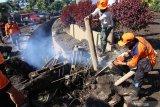 Petugas BPBD membersihkan saluran air dampak banjir bandang di Sempol, Ijen, Bondowoso, Jawa Timur, Minggu (15/3/2020). Untuk mengantisipasi terjadinya banjir bandang susulan, tim gabungan fokus melakukan pembersihan saluran air yang tersumbat karena curah hujan masih tinggi. Antara Jatim/Budi Candra Setya/zk.