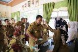 Gubenur Lampung pindai suhu saat tinjau pelaksanaan UNBK