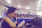 Prof.Dr.Ir Aphrodite Milana Sahusilawane, M.S menyampaikan pidato pada Rapat Terbuka Luar Biasa Senat Universitas Pattmura dalam rangka pengkuhan dirinya sebagai guru besar dalam bidang ilmu Sosiologi Pedesaan. Acara berlangsung di Aula Gedung Rektorat Universitas Pattimura Ambon, Senin (16/3/2020)