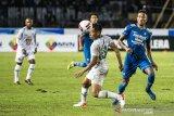 Pesepak bola PSS Sleman Asyraq Gufron R (kedua kanan) menyundul bola dibayangi pesepak bola Persib Bandung Wander Luiz Queiroz Dias (kanan) saat pertandingan Sepak Bola Liga 1 2020 di stadion Si Jalak Harupat, Kabupaten Bandung, Jawa Barat, Minggu (15/3/2020). ANTARA JABAR/M Agung Rajasa/agr