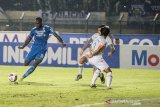 Pesepak bola Persib Bandung Geoffrey W.M Castillion (kiri) melepas tendangan dibayangi dua pesepak bola PSS Sleman saat pertandingan Sepak Bola Liga 1 2020 di stadion Si Jalak Harupat, Kabupaten Bandung, Jawa Barat, Minggu (15/3/2020). Pertandingan tersebut dimenangkan Persib Bandung dengan skor 2-1. ANTARA JABAR/M Agung Rajasa/agr