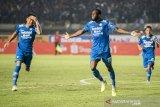 Pesepak bola Persib Bandung Geoffrey W.M Castillion (kedua kanan) dan Wander Luiz Queiroz Dias (kiri) merayakan selebrasi seusai mencetak gol ke gawang PSS Sleman pada pertandingan Sepak Bola Liga 1 2020 di stadion Si Jalak Harupat, Kabupaten Bandung, Jawa Barat, Minggu (15/3/2020). Pertandingan tersebut dimenangkan Persib Bandung dengan skor 2-1. ANTARA JABAR/M Agung Rajasa/agr