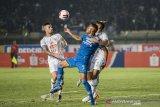 Pesepak bola Persib Bandung Wander Luiz Queiroz Dias (tengah) berebut bola dengan dua pesepak bola PSS Sleman Asyraq Gufran R (kanan) dan Aaron Michael Evans (kiri) saat pertandingan Sepak Bola Liga 1 2020 di stadion Si Jalak Harupat, Kabupaten Bandung, Jawa Barat, Minggu (15/3/2020). Pertandingan tersebut dimenangkan Persib Bandung dengan skor 2-1. ANTARA JABAR/M Agung Rajasa/agr