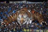 Suporter Persib Bandung membentangkan koreo Harimau tiga dimensi saat pertandingan Persib Bandung dengan PSS Sleman pada Liga 1 2020 di stadion Si Jalak Harupat, Kabupaten Bandung, Jawa Barat, Minggu (15/3/2020). Pertandingan tersebut dimenangkan Persib Bandung dengan skor 2-1. ANTARA JABAR/M Agung Rajasa/agr