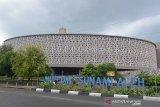 Pekerjaa merawat taman bunga di perkarangan Museum Tsunami, Banda Aceh, Aceh, Senin (16/3/2020). Untuk mencegah penyeberan Virus Covid-19, Pemerintah Kota Banda Aceh menutup sejumlah objek wisata bagi pengunjung, antara lain Museum Tsunami, Museum Aceh, situs tsunami PLTD Apung, situs tsunami Kapal Nelayan Atas Rumah dan objek wisata pantai lainnya selama 14 hari terhitung Senin (16/3/2020). Antara Aceh/Ampelsa.
