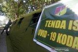 Seorang petugas kesehatan TNI menyiapkan tenda isolasi COVID-19 di Rumkit Bantuan Kesdim, Kota Gorontalo, Gorontalo. Korem 133/Nani Wartabone menyiapkan satu dokter, tenaga medis serta dua tenda untuk penanganan awal serta pemeriksaan jika ada warga yang terinfeksi virus corona atau COVID-19. (ANTARA FOTO/Adiwinata Solihin)