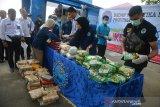 Petugas Badan Narkotika Nasional Provinsi (BNNP) Aceh menata sejumlah barang bukti tindak kejahatan narkotika saat pemusnahan di Banda Aceh, Selasa (17/3/2020). BNNP Aceh bersama aparat TNI, Polri dan Kejaksaan Negeri di daerah itu memusnahkan sebanyak 19 kilogram narkotika jenis sabu dan sebanyak 20.000 butir pil happy five, 20.000 ekstasi yang diselundupkan dari Cina dan sebanyak 54 paket ganja kering siap edar asal Aceh. Antara Aceh/Ampelsa.