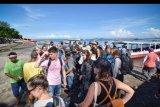 Sejumlah wisatawan asing tiba di pelabuhan Bangsal usai berkunjung ke destinasi wisata Gili Trawangan di Kecamatan Pemenang, Tanjung, Lombok Utara, NTB, Selasa (17/3/2020). Guna mengantisipasi masuknya virus corona ke wilayah NTB, Pemerintah Provinsi NTB menutup akses pintu masuk menuju destinasi wisata tiga Gili (Trawangan, Air dan Meno) yang ada di Kabupaten Lombok Utara dari seluruh kunjungan wisatawan khususnya warga negara asing selama dua pekan atau 14 hari mulai 17 Maret 2020.ANTARA FOTO/Ahmad Subaidi/nym